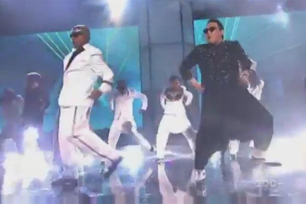 PSY vrs MC Hammer - Gangnam Style / 2 Legit 2 Quit mashup at AMA's