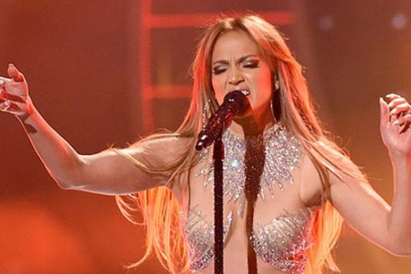 JLO covers 'Diamonds' on American Idol final